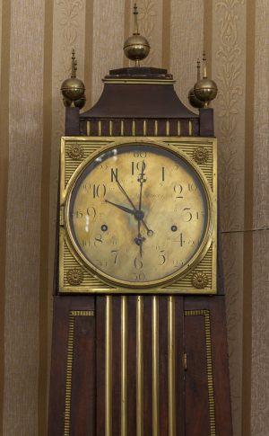 Часы напольные в футляре