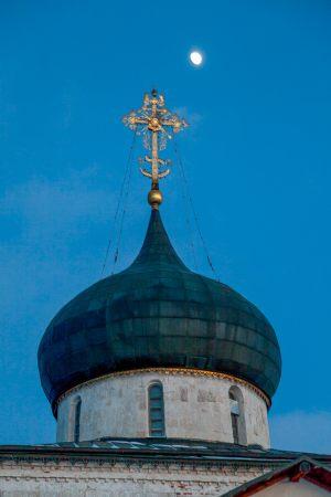 Георгиевский собор. Зимнее вечернее фото. Купол и крест. Юрьев-Польский музей