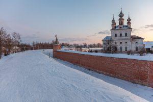 Стены собор Архангела Михаила. Юрьев-Польский музей. Территория. Зимнее фото