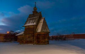 Деревянная Георгиевская церковь. Юрьев-Польский музей. Зимнее вечернее фото