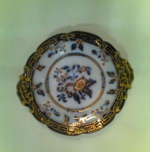 Тарелка мелкая с выступами в виде листьев на двух противоположных сторонах. Размеры 19,0 см х 21,0 см.